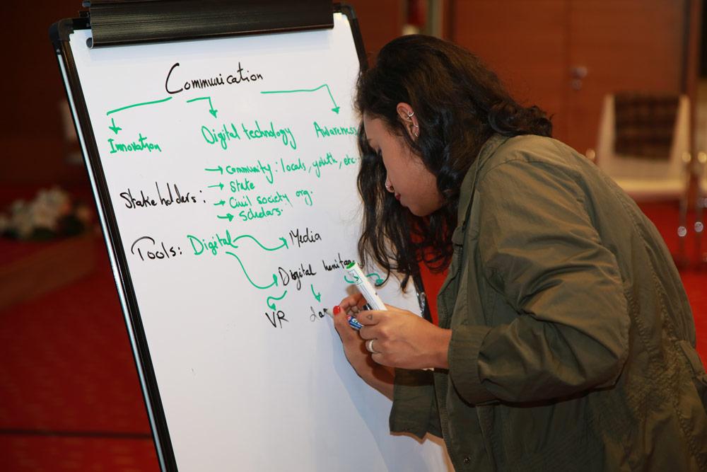 Participant décrivant les sujets du Plan d'action © UNESCO